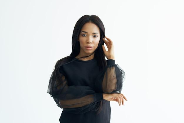 Веселая африканская женщина модная прическа длинные волосы косметика