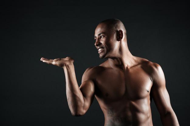 陽気なアフロアメリカンスポーツ男は空気キスを送信します