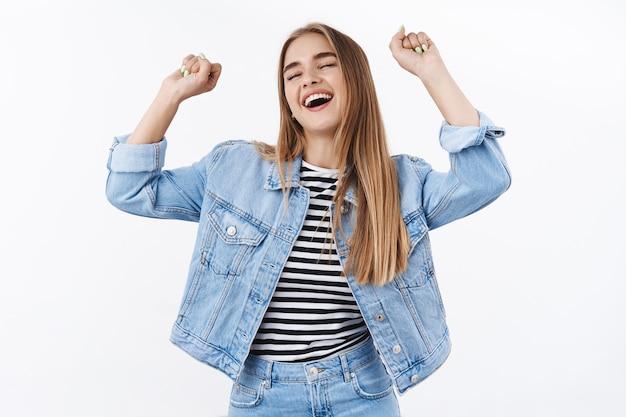 쾌활하고 근심 없는 젊은 여성은 행복을 느끼고, 눈을 감고 하늘을 든 손으로 승리의 춤을 추고, 승리를 축하하고, 긍정적인 감정과 개념을 얻습니다