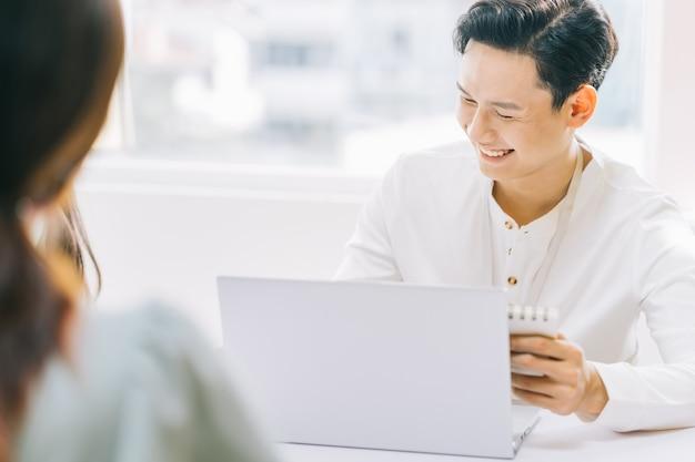 会議中に議論する陽気なアジアのビジネスマン