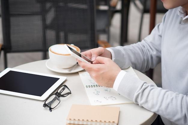 創造的なアイデア ドキュメントを示す陽気なアジア系のビジネスマン
