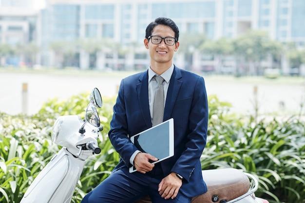 陽気なアジア系のビジネスマン
