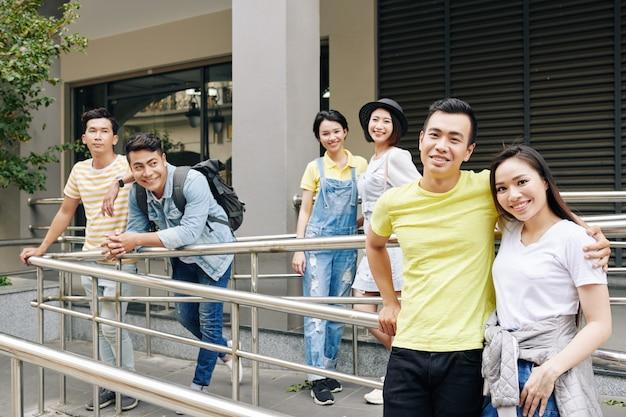 陽気なアジアの大学生