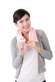 쾌활 한 아시아 여자, 흰색 바탕에 어깨에 수건으로 근접 촬영 초상화.