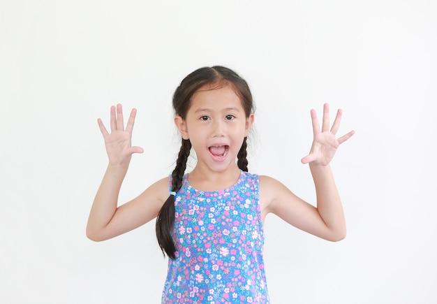 쾌활 한 아시아 어린 아이 소녀 까꿍 식