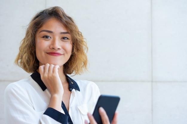 Веселый азиатский телефонный пользователь сети на телефоне