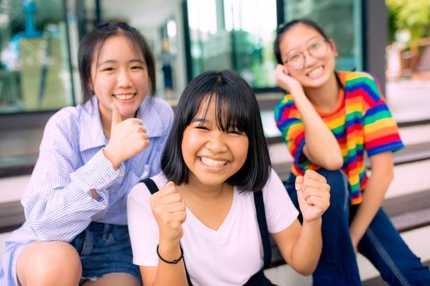 学校の建物で陽気なアジアのティーンエイジャー