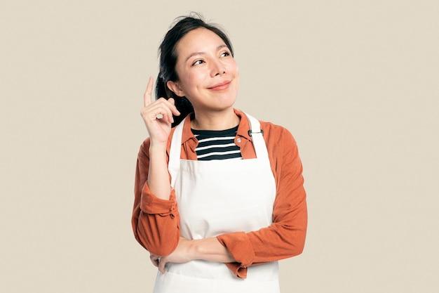 앞치마에 쾌활 한 아시아 여자