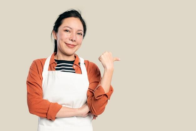 앞치마를 입은 쾌활한 아시아 여성