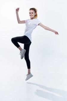 エネルギートレーニング有酸素運動をジャンプする陽気な運動女性