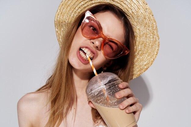 Веселая привлекательная женщина начинает пить стекла моды стекла. фото высокого качества