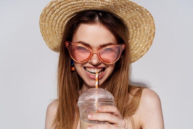 Веселая привлекательная женщина начинает очки моды стеклянный напиток.