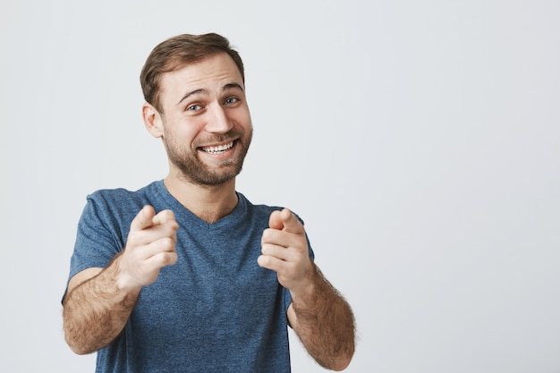 陽気なひげを生やした男は指カメラを祝福して、あなたを祝福します