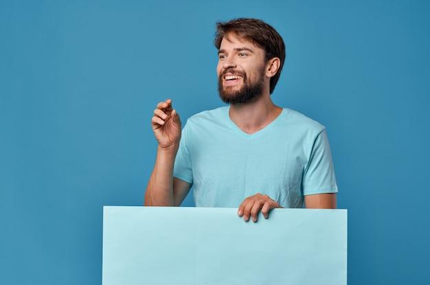 青いtシャツのモックアップポスターで陽気なひげを生やした男