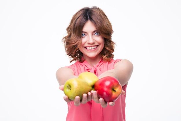 リンゴを持っている陽気な美しい女性