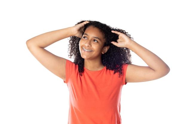 흰색 배경에 고립 된 아프리카 머리를 가진 쾌활한 흑인 여학생