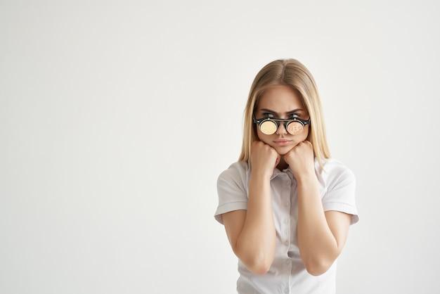 白いシャツを着た陽気なブロンドメガネの金貨暗号通貨