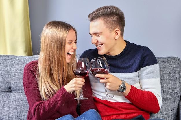 寮の男と女のデート中の陽気な酒。