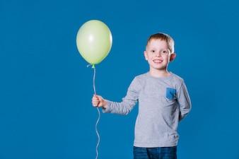 Веселый мальчик с воздушным шаром