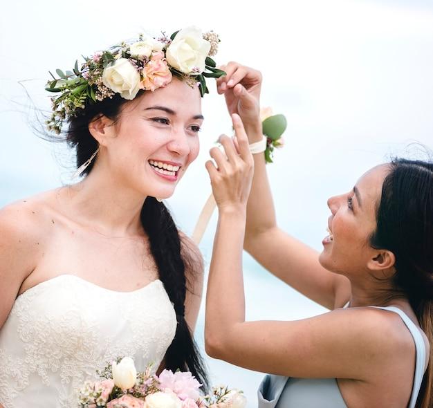Веселая невеста на пляже