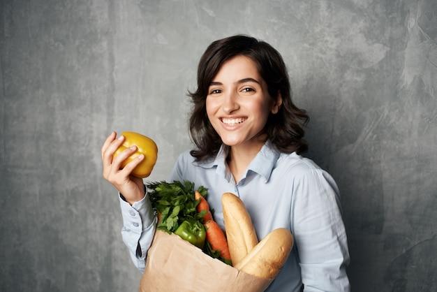 陽気なブルネットフードバッグ野菜フードダイエット