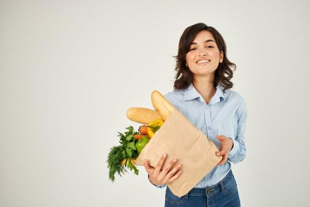 陽気なブルネットの食料品バッグ健康食品の配達