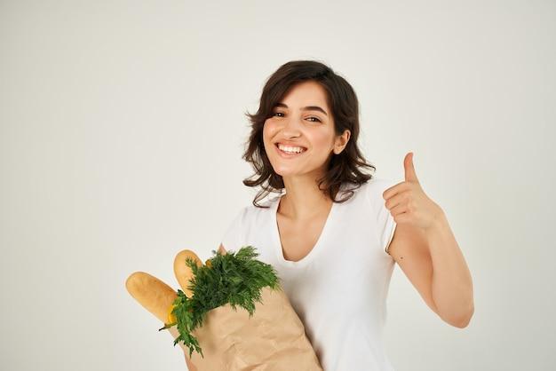 Веселая брюнетка посылка со службой доставки овощей