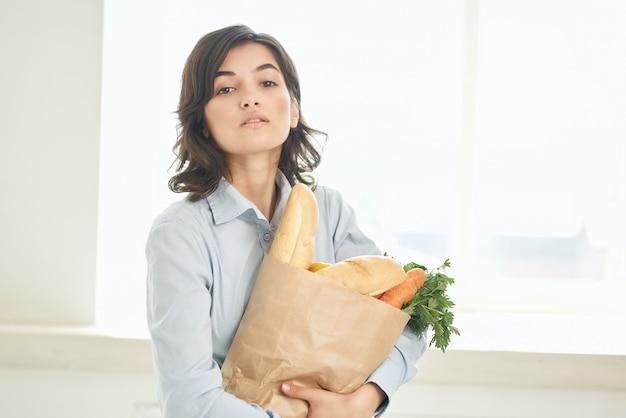 野菜配達スーパーマーケット主婦と陽気なブルネットパッケージ