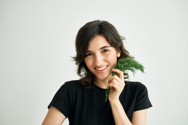 野菜の食料品の配達と陽気なブルネットのパッケージ。高品質の写真