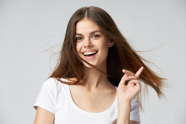 陽気なブルネット笑顔白いtシャツコピースペース手ジェスチャー