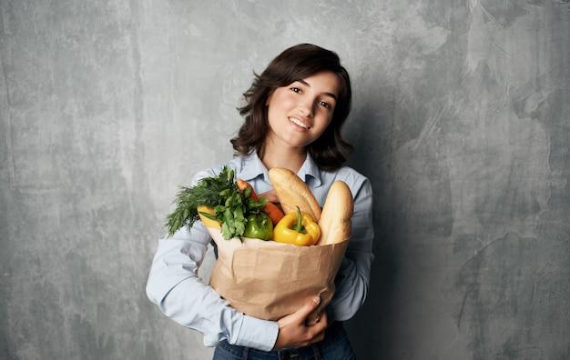 식료품 쇼핑 배달 패키지와 함께 쾌활 한 갈색 머리