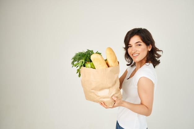 종이 가방 식료품 야채와 함께 쾌활 한 갈색 머리