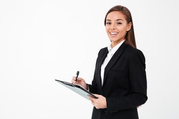 Веселый бизнес женщина, держащая буфера обмена.
