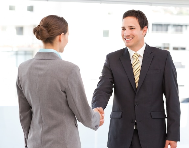 Веселый бизнесмен и предприниматель, заключая сделку