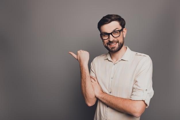 Веселый бизнесмен в очках, указывая на серый