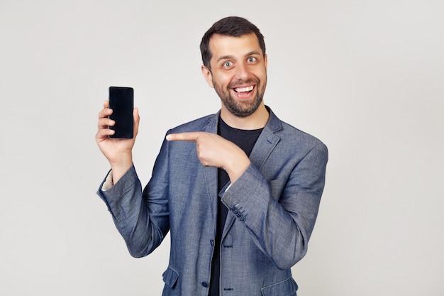 スマートフォンの画面を示す陽気なビジネスマン男
