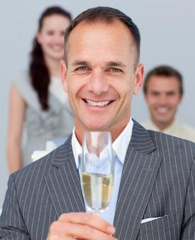 シャンパンを焼く陽気なビジネスマン