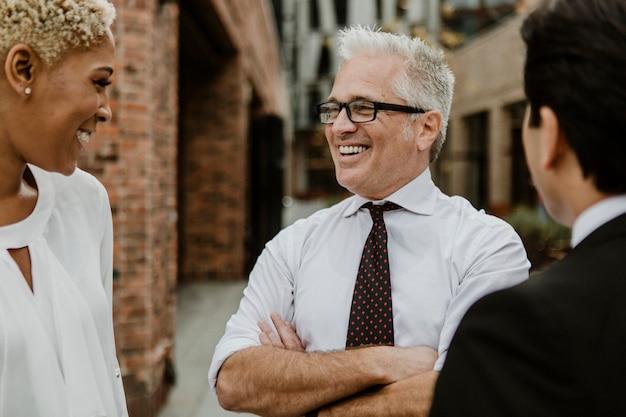 Веселые бизнесмены разговаривают