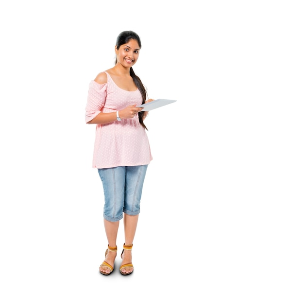 디지털 태블릿을 들고 쾌활 한 캐주얼 여자