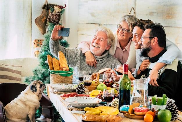 陽気な白人家族は家でクリスマス休暇の昼食をお楽しみください