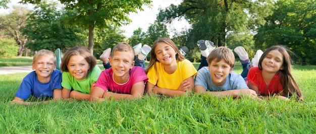 푸른 잔디에 쾌활한 아이들, 어린 시절 개념