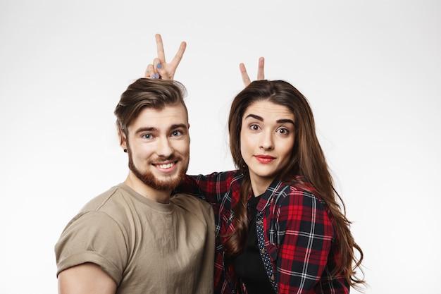 Веселая пара, давая кролика лет друг другу, глядя прямо. Бесплатные Фотографии