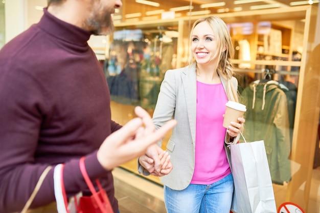 Веселая пара в торговом центре