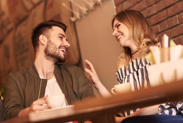 ロマンチックなデートの陽気なカップル