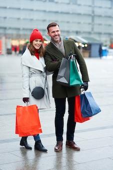 Coppie allegre che fanno shopping insieme all'aperto