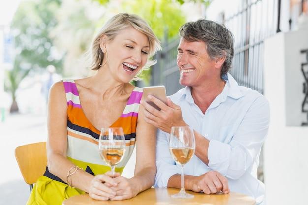 Веселая пара с помощью мобильного телефона