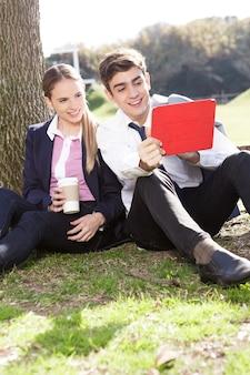 Веселая пара, используя планшет