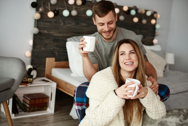 침실에서 즐기는 커피와 명랑 커플