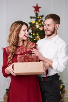 Веселая пара с подарками в студии выстрел