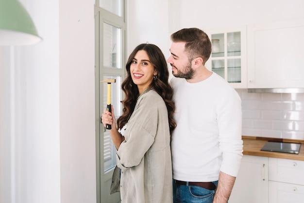 壁にハンマーと陽気なカップル